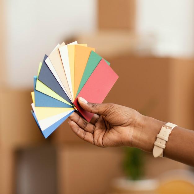 Mulher fazendo planos para reformar a casa usando paleta de cores Foto gratuita