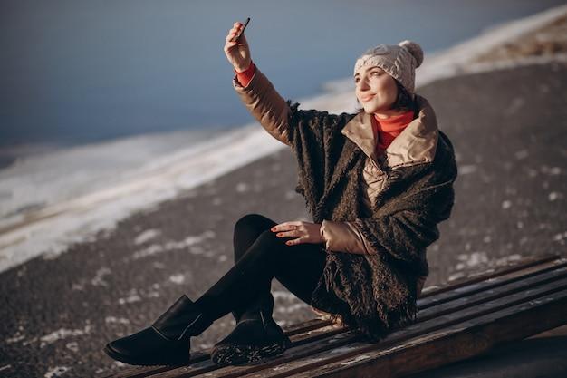 Mulher fazendo selfie em um dia de inverno Foto Premium