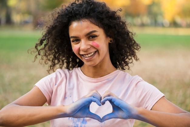 Mulher fazendo sinal de amor com as mãos Foto gratuita