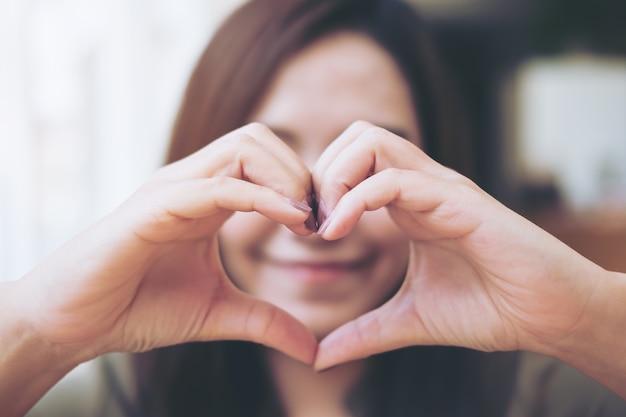Resultado de imagem para fazendo coração com a mão