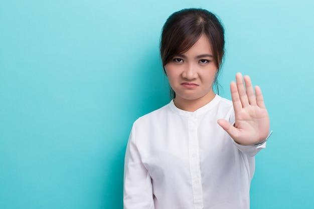 Mulher fazendo sinal de pare Foto Premium