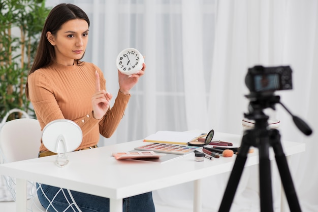 Mulher fazendo um comercial com um relógio Foto gratuita