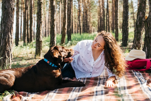 Mulher, fazendo um piquenique, com, dela, cão Foto gratuita