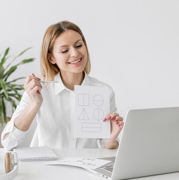 Mulher fazendo uma aula on-line em casa Foto gratuita