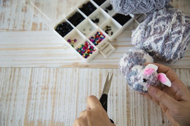 Mulher, fazer, encantador, boneca coelho, de, fio, -, páscoa, feriado, celebração, conceito Foto gratuita