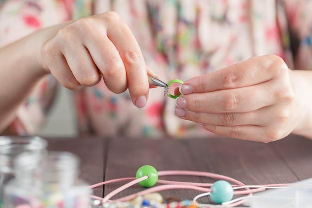 Mulher fazer jóias artesanais Foto Premium