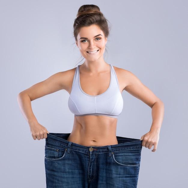 Mulher feliz após perda de peso Foto Premium