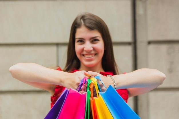Mulher feliz, com, bolsas para compras Foto gratuita