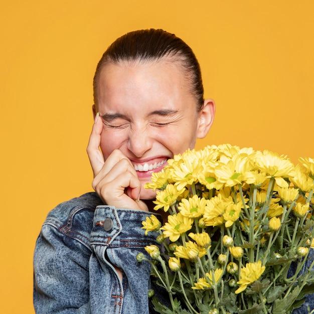 Mulher feliz com buquê de flores Foto gratuita