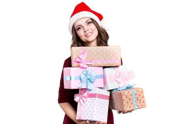 Mulher feliz com chapéu de papai noel com presentes isolados Foto Premium