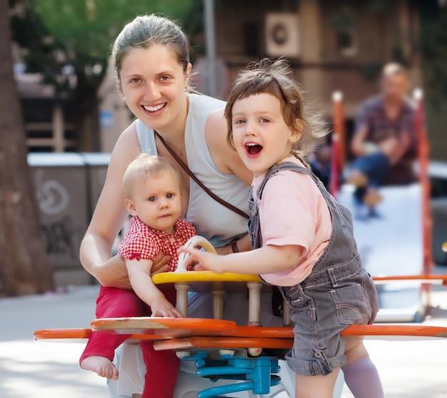 Mulher feliz com dois filhos Foto gratuita