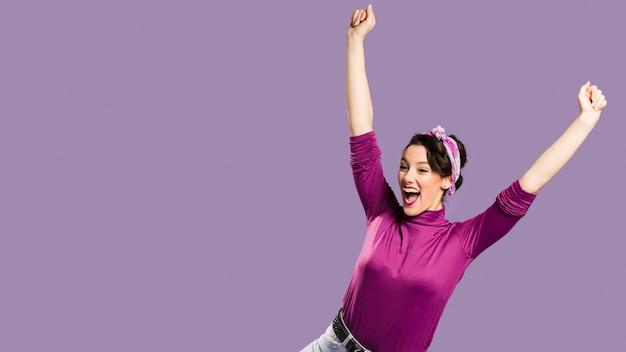 Mulher feliz, com os braços esticados e copie o espaço Foto gratuita