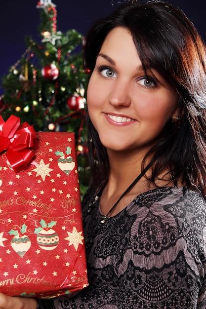Mulher feliz com presente de natal Foto gratuita