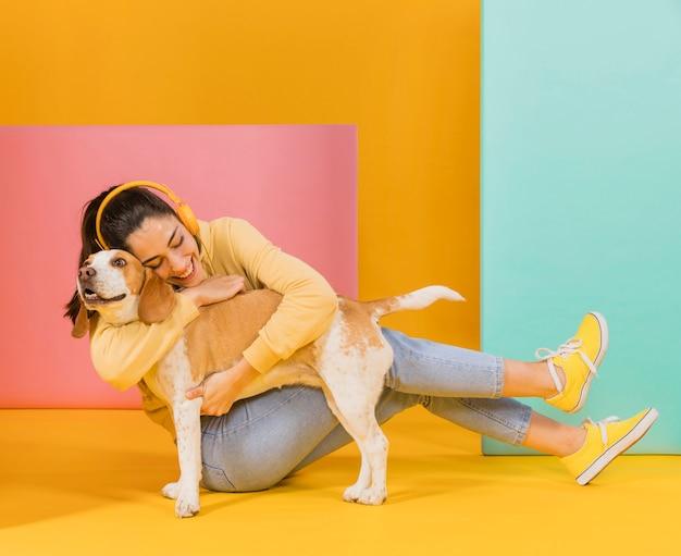 Mulher feliz com um cachorro fofo Foto gratuita