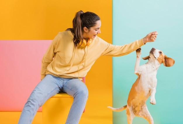 Mulher feliz com um cachorro Foto gratuita