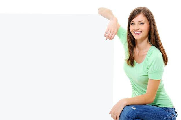 Mulher feliz com um outdoor branco Foto gratuita