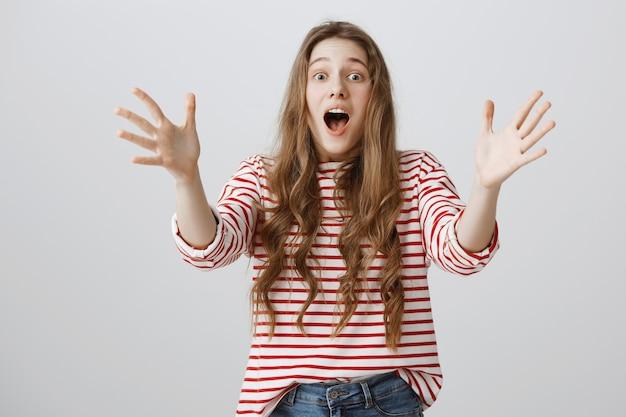 Mulher feliz e animada estendendo as mãos para pegar algo Foto gratuita