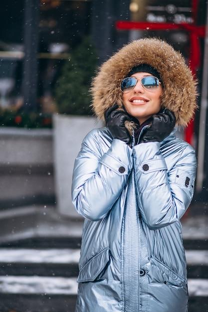 Mulher, feliz, em, casaco azul, ficar, por, a, café Foto gratuita