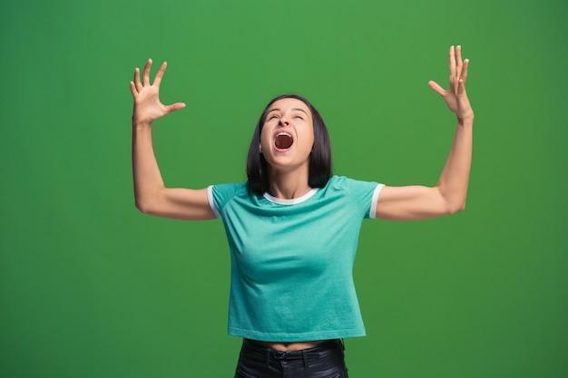 Mulher feliz em êxtase comemorando ser uma vencedora Foto gratuita