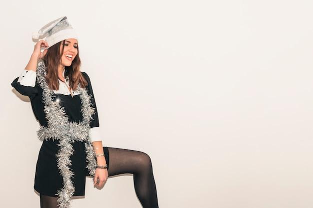 Mulher feliz, em, ouropel, e, chapéu santa Foto gratuita