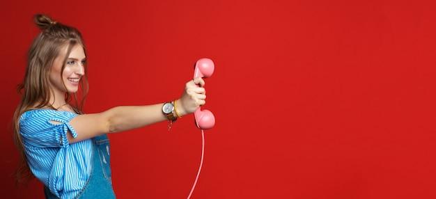 Mulher feliz falando ao telefone Foto Premium