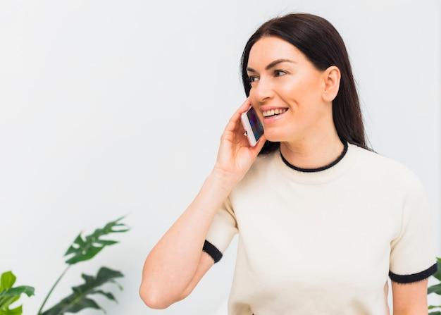 Mulher feliz, falando por telefone Foto gratuita