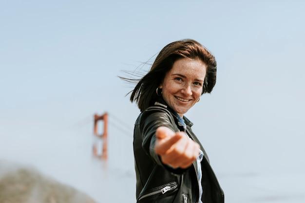Mulher feliz, fazendo, siga me, mão, por, a, ponte dourada portão, são francisco Foto Premium