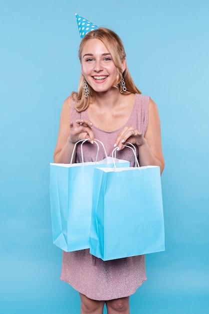 Mulher feliz na festa de aniversário com presentes Foto gratuita