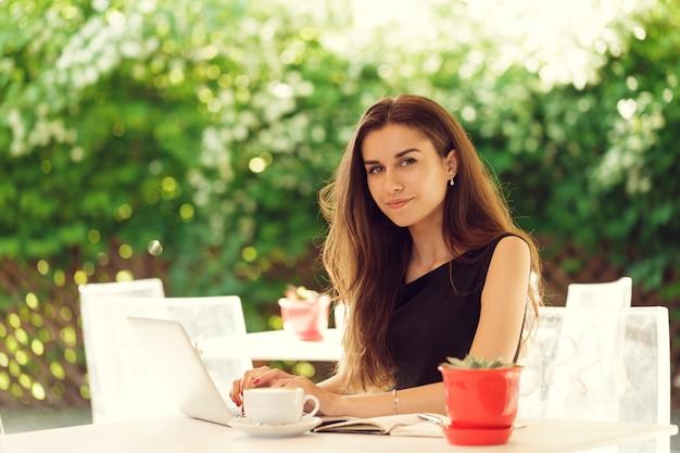 Mulher feliz no café ao ar livre Foto Premium