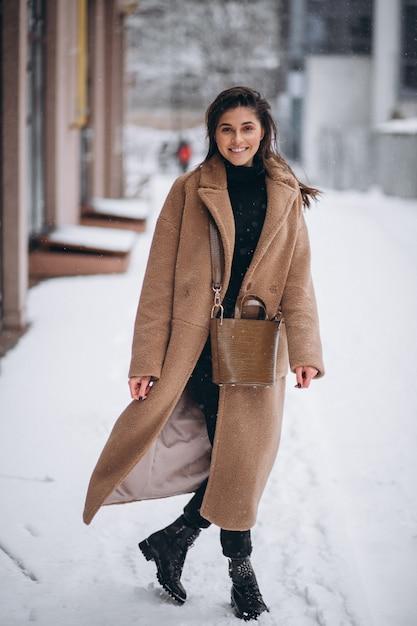 Mulher feliz no casaco no inverno lá fora Foto gratuita