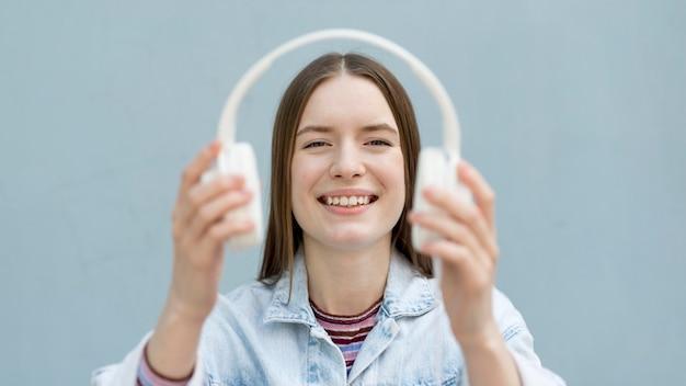 Mulher feliz ouvindo música Foto gratuita