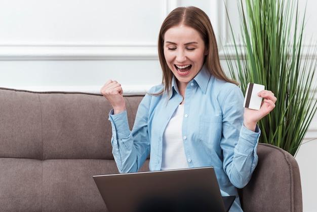 Mulher feliz por encomendar online Foto gratuita