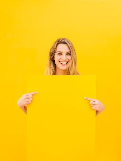 Mulher feliz, segurando papel Foto gratuita