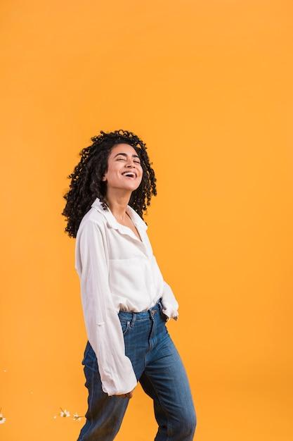 Mulher feliz, sorrindo, e, dançar Foto gratuita
