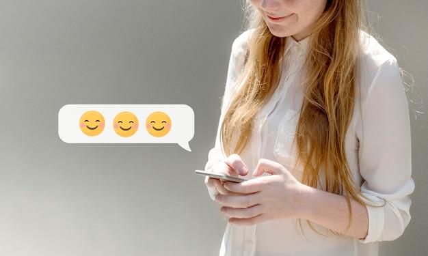 Mulher feliz, texting Foto Premium