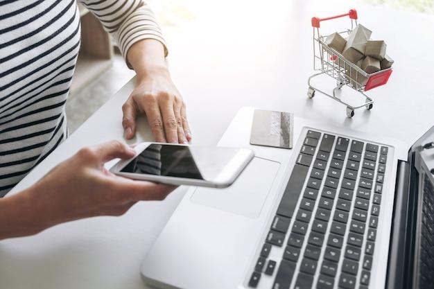 Mulher feliz usando telefone inteligente e cartão de crédito registrar pagamentos compras on-line e personalizado Foto Premium
