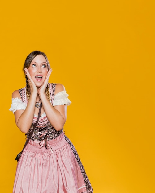 Mulher festiva no vestido da baviera Foto gratuita