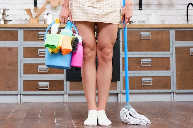 Mulher, ficar, em, cozinha, com, esfregão, e, materiais de limpeza Foto gratuita