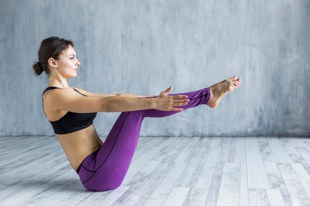 Mulher, ficar, em, um, cheio, bote, ioga posa Foto gratuita