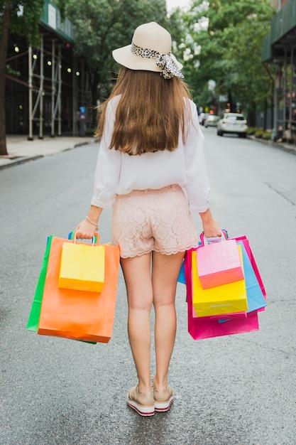 Mulher, ficar, estrada, shopping, sacolas Foto gratuita