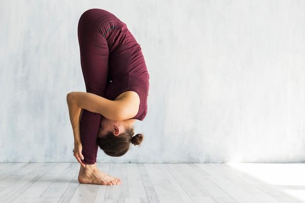 Mulher, ficar, grande, dedo pé, ioga, pose Foto gratuita