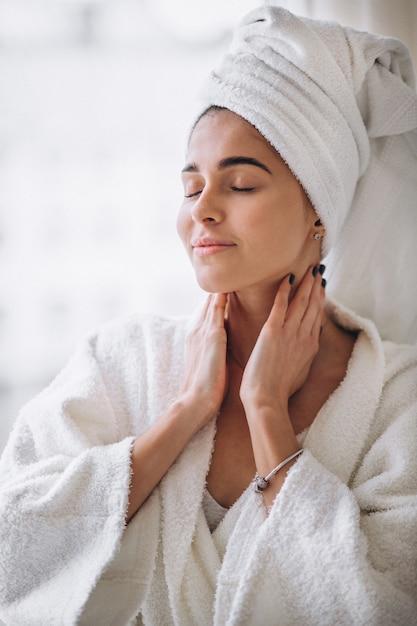 Mulher, ficar, janela, em, bathrobe Foto gratuita
