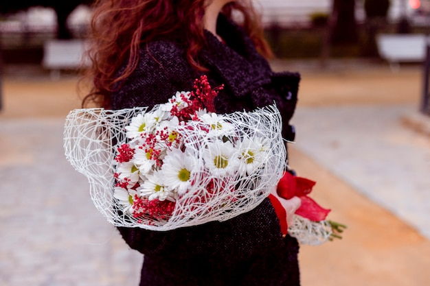 Mulher, ficar, rua, flores Foto gratuita