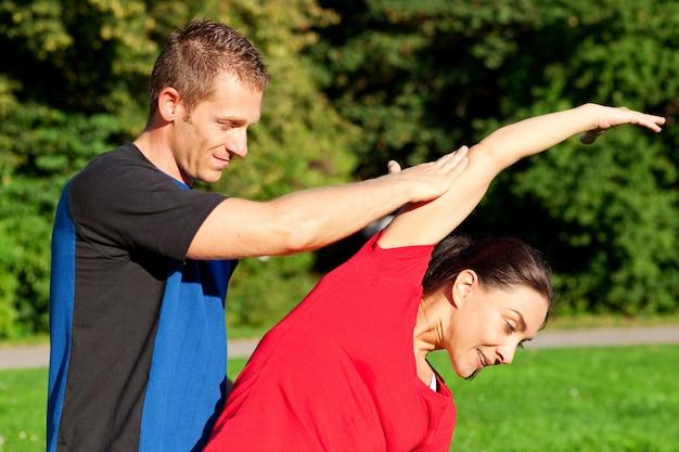 Mulher - fitness com personal trainer Foto Premium