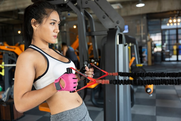 Mulher fitness ginásio de mulher tomando a perda de peso para os músculos do construtor de atleta magro e firme Foto Premium