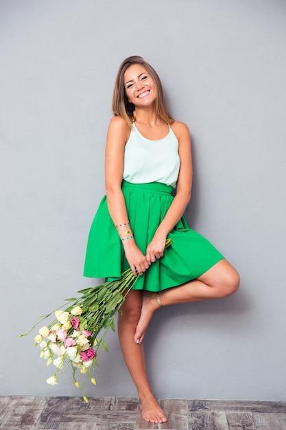Mulher fofa sorridente com flores Foto Premium