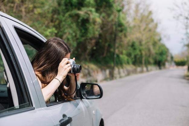 Mulher fora da janela do carro Foto gratuita