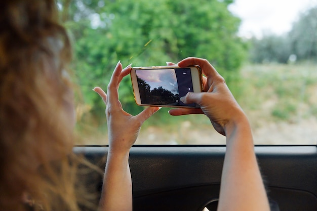 Mulher, fotografar, natureza, smartphone Foto gratuita