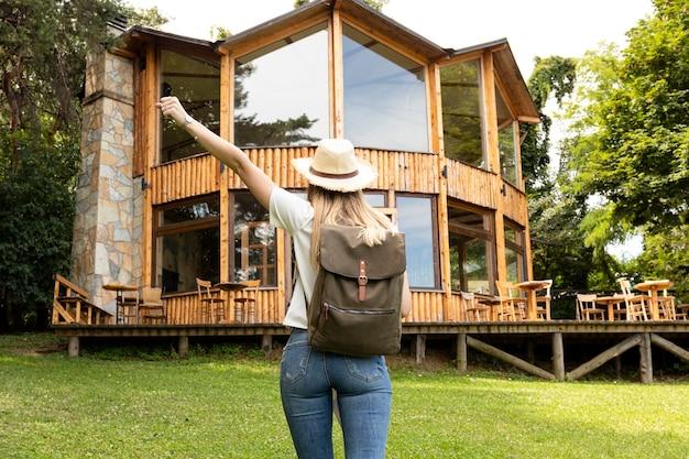 Mulher, frente, um, modernos, casa Foto gratuita