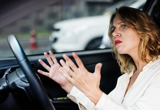Mulher frustrada preso no trânsito Foto Premium